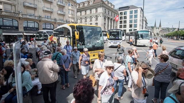 Touristen steigen aus Cars aus.