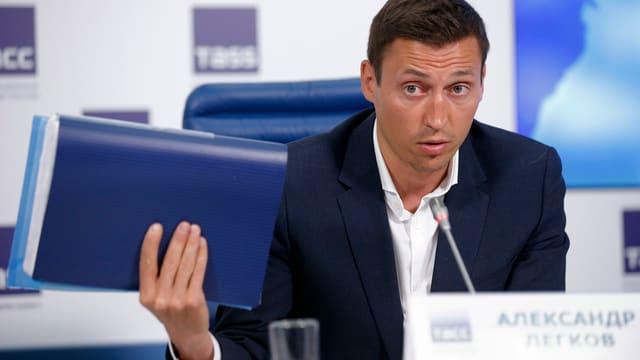 Alexander Legkow an einer Medienkonferenz.