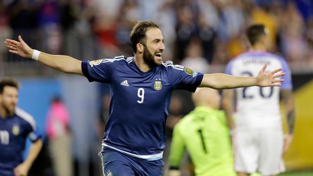 Gonzalo Higuain macht auf dem Spielfeld den «Flieger».