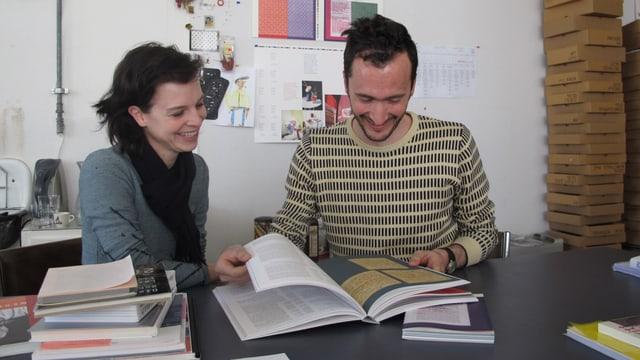 Valeria Bonin und Diego Bontongali sitzen ihn ihrem Atelier, vor sich auf dem Tisch das grossformatige Buch. Beide strahlen.