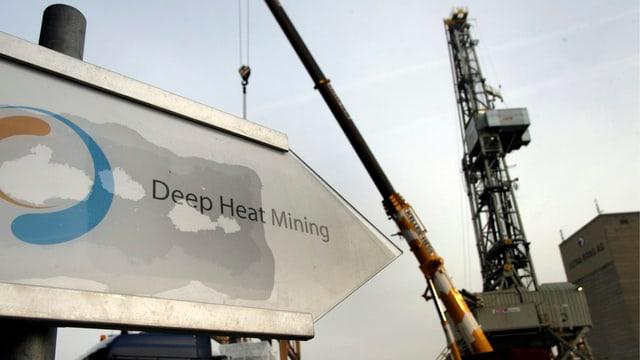 """Bohrturm auf der Baustelle des Projekts """"Deep Heat Mining"""" in Basel im Jahr 2006"""