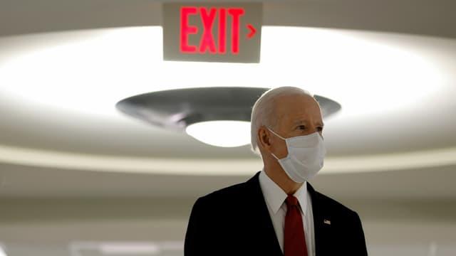 Biden, hinter ihm ein Schild «Exit».