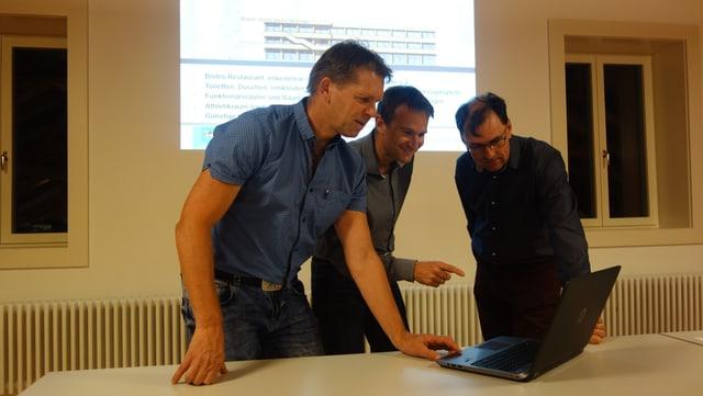 Da sanester: Il chanzlist Ursin Fravi, l'investider Michael Hartweg e Simon Willi il president communal da Lantsch.