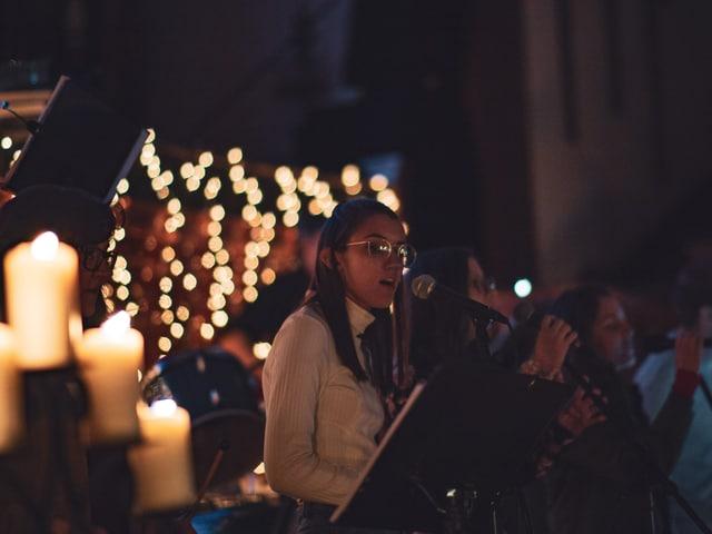 Singende Kinder in einer Kirche.