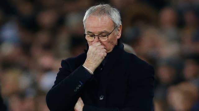 Claudio Ranieri greift sich frustriert an die Nase.