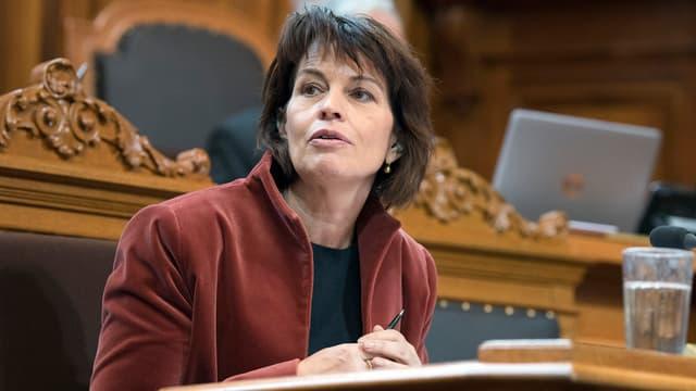 Bundesrätin Doris Leuthard am Rednerpult im Parlament.