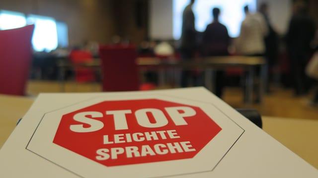 """Auf einem Stopschild steht: """"Stop leichte Sprache"""""""
