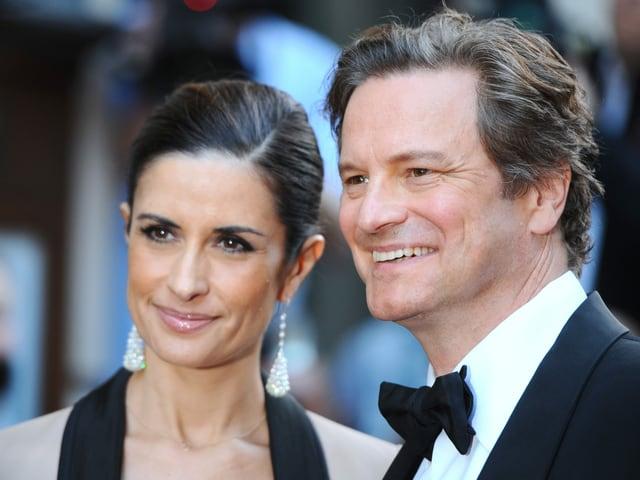 Livia Guiggioli und Colin Firth lachen in die Kamera.
