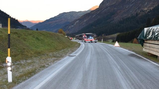 La via chantunala cun in auto da polizia ed in helicopter.