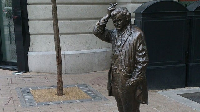 Ein Ausschnitt vom Denkmal, dass Peter Falk als Columbo in Budapest verewigt.