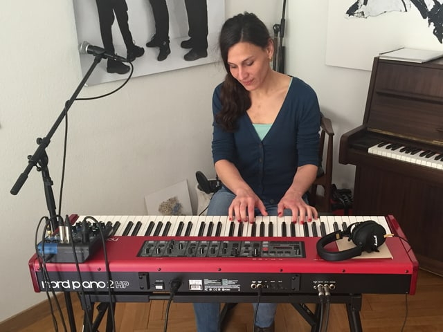 Eine Frau am Klavier