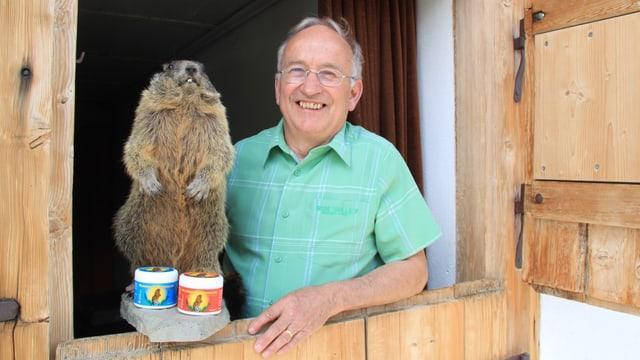 Schmid posiert mit seinen Salben und einem ausgestopften Murmeltier.