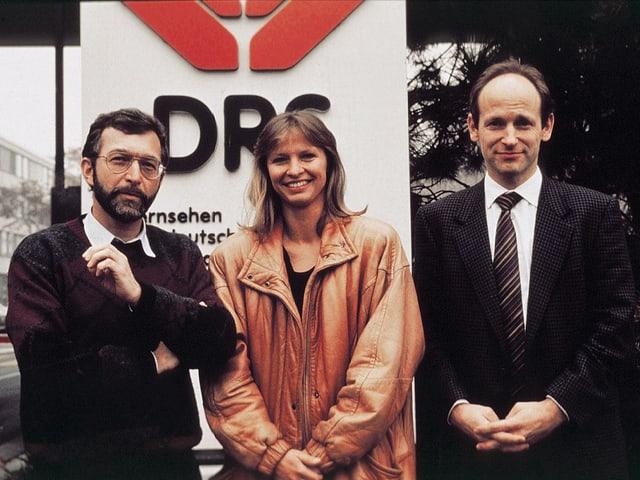 Walter Eggenberger, Jana Caniga und Jürg Wildberger vor dem Fernsehstudio.