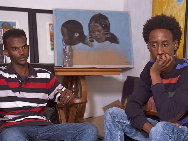 Zwei Künstler vor einem Bild.