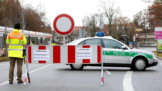 Polizia tudestga bloccescha ina via.