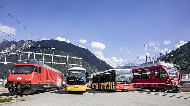 vehichels dal traffic public cun posta bus e trens