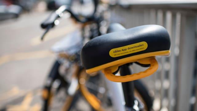 Stein des Anstosses: Ein gelbes Bike.