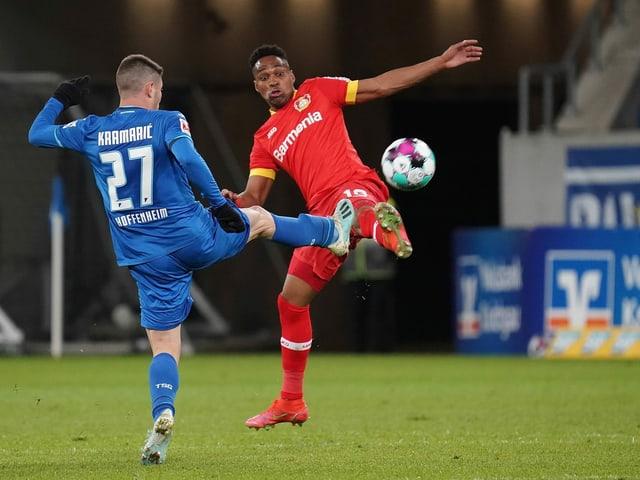 Hoffenheims Andrej Kramaric im Zweikampf mit Leverkusens Wendell.