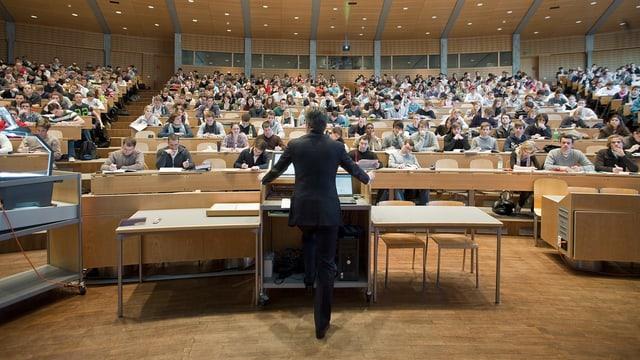 Ein Professor steht vor einer Schulklasse