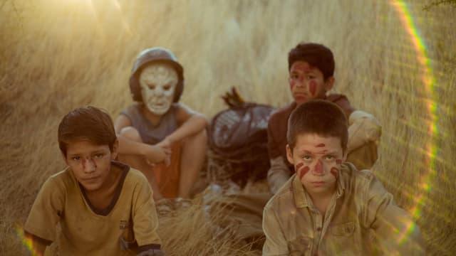eine Gruppe von Kindern sitzt am Boden
