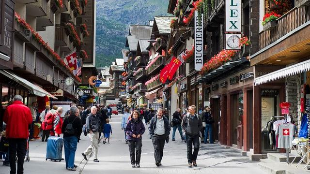 La via principala tras il vitg da Zermatt.