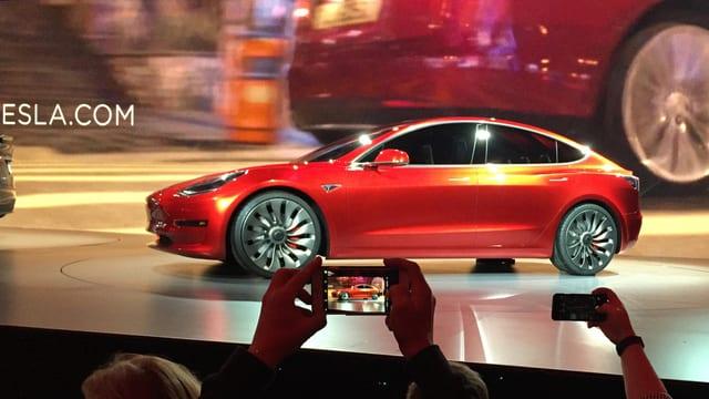 In auto da Tesla vegn preschentà.
