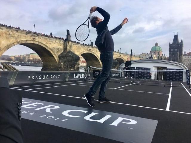 Roger Federer schlägt auf dem Moldau-Schiff einen Service.