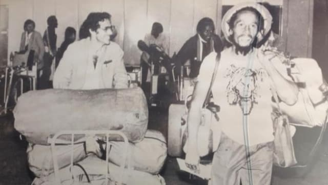 Roger Schawinski mit dem Gepäck von Bob Marley.