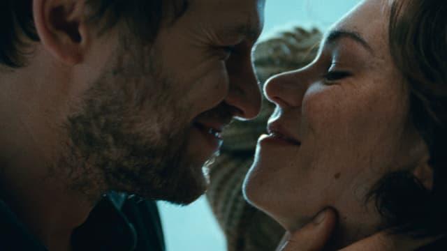 Eine Frau und eine Mann kurz vor dem Kuss.