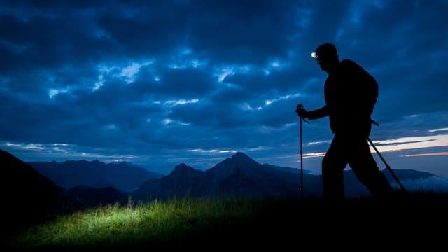 Nächtlicher Berggänger mit Stirnlampe