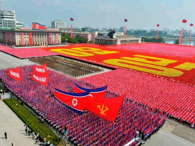 Unzählige Nordkoreaner huldigen dem Führer.