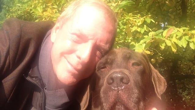 Kurt Aeschbacher mit seinem Lappi-Labrador Bombay.