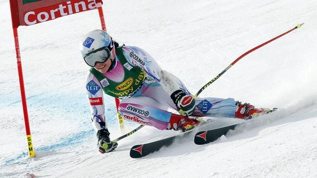 Tina Weirather fährt eine Rechtskurve auf der Abfahrtsstrecke in St. Moritz.