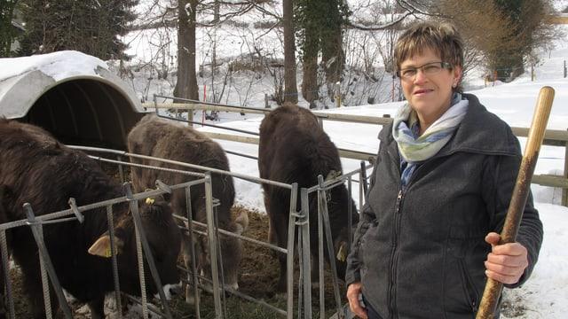 Die Bäuerin Brigitte Dähler auf ihrem Hof. Im Hintergrund ein paar Rinder im Schnee.
