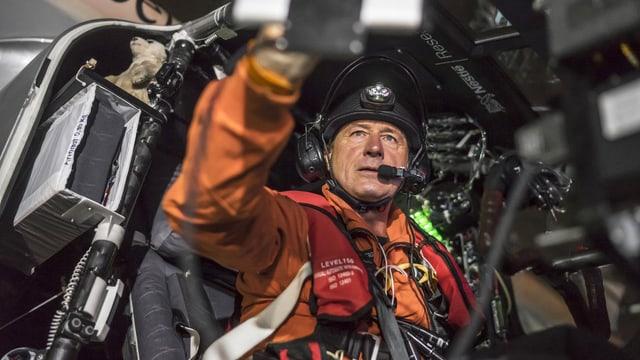 Ein Pilot sitzt in einem Cockpit und macht sich zum Abflug bereit.