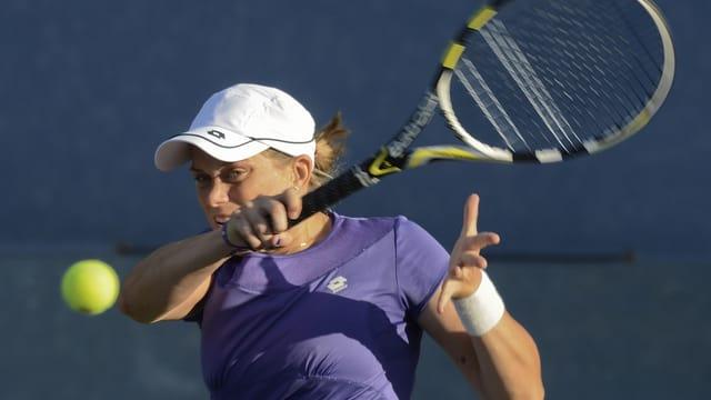 La giugadra da tennis svizra Romina Oprandi en acziun.
