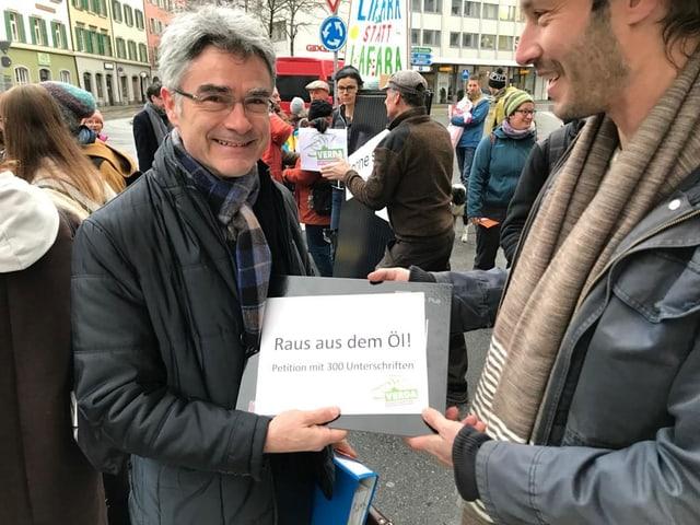Surdada da la petiziun a cusseglier guvernativ Mario Cavigelli ensemen cun in panel solar.