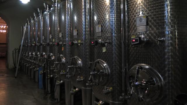 metallsilberfarbene Weinbehälter