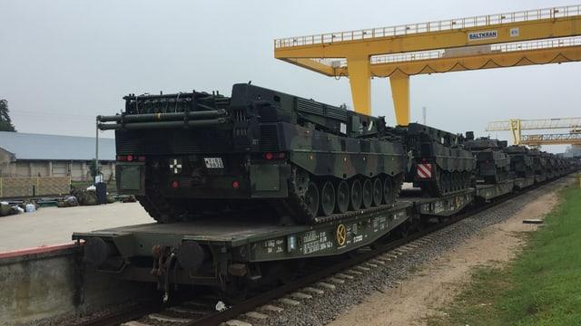 Panzer auf einem Zug.