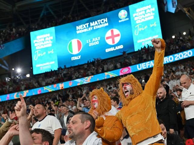 Grossbildschirm im Wembley-Stadion.