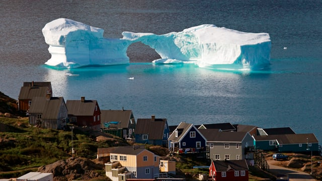 Im Meer vor dem Ort Kulusuk treibt ein Eisberg.