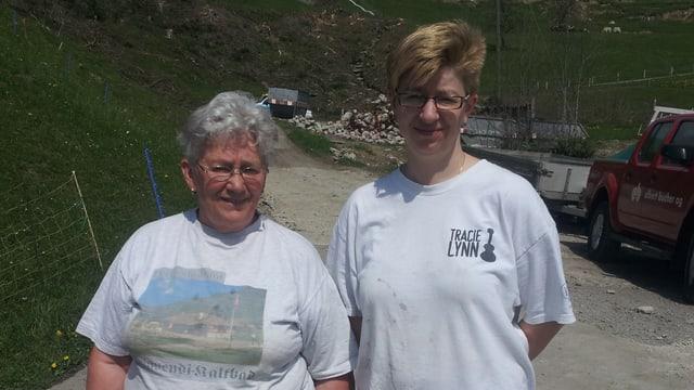 Ursula Britschgi und ihre Tochter, im Hintergrund sieht man den Erdrutsch.