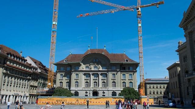 Die Schweizerische Nationalbank, davor stehen zwei Kräne.