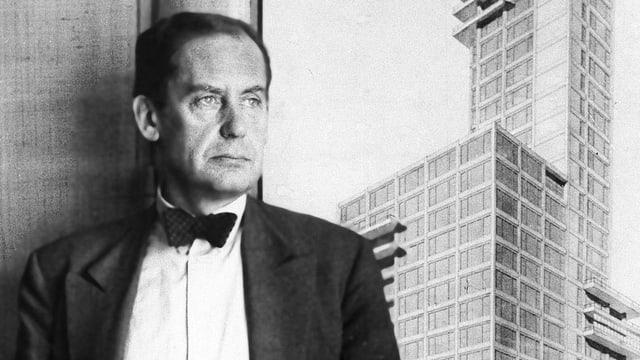 Ein Mann blickt auf ein Gebäude.