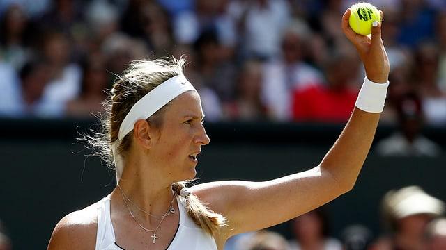 Viktoria Asarenka hebt einen Tennisball in Wimbledon.