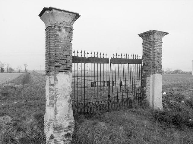 Ein Tor auf einem unbewohnten Landstück.