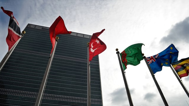 Verschiedene Flaggen wehen vor dem Uno-Gebäude in New York