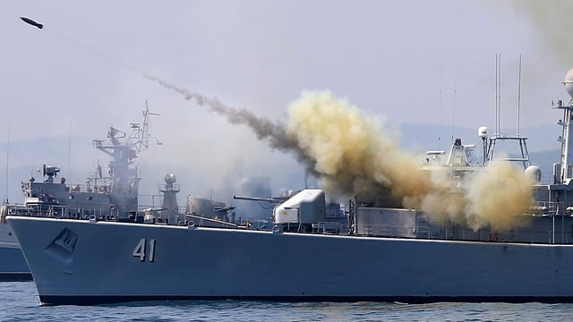 Kriegsschiff feuert eine Rakete ab