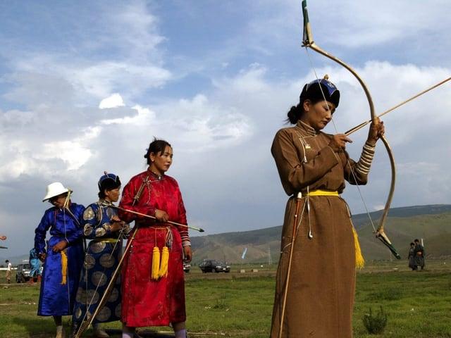 Mongolinnen mit Pfeil und Bogen.