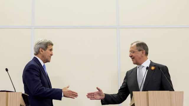 Symbolbild: S-Aussenminister Kerry und sein russischer Kollege Lawrow schicken sich zu einem Handschlag an.